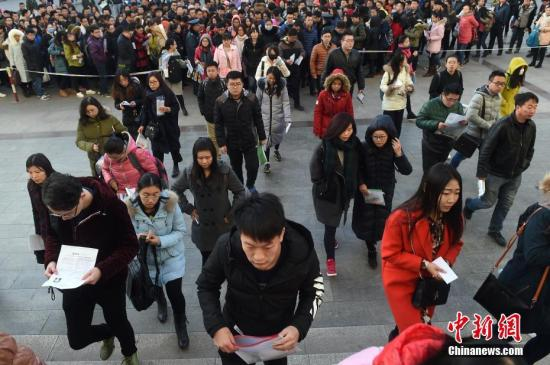 2016年11月27日,山西太原一公务员考点,考生排队准备进入考场。武俊杰 摄