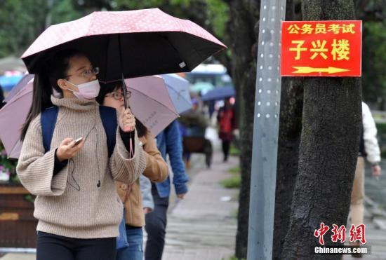 2016年11月27日,福州一公务员招考笔试考点,考生在寻找考场。张斌 摄