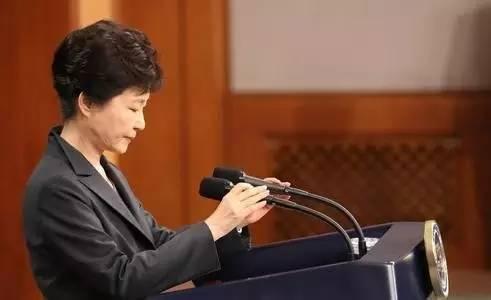 从10月24日丑闻发酵开始,朴槿惠就随着事态的恶化,一步步退防,同时调整抵抗的策略。在10月25日第一次道歉中,她只是模糊承认干政事实,表示道歉;11月4日的第二次道歉中,表述得更具体和诚恳之外,也表示愿意放弃总统豁免权,接受检方调查。