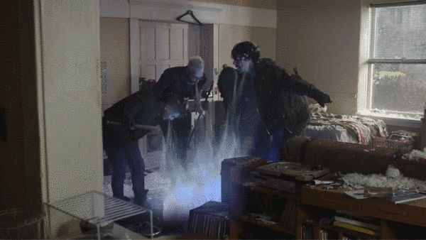一群类似吸血鬼的人在吸杰特利体内物质