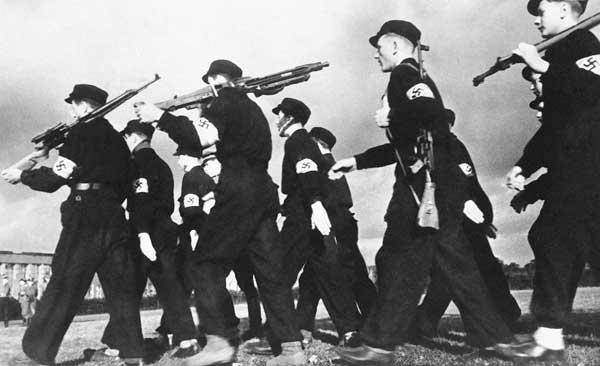 1937年8月14日,德国,希特勒青年团成员在服兵役。