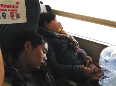 今年11月14日,孙素林和病友从北京回上海,在火车上沉沉睡去。