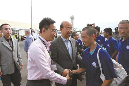 交际部作业组和驻肯尼亚大使刘显法到机场欢迎海员