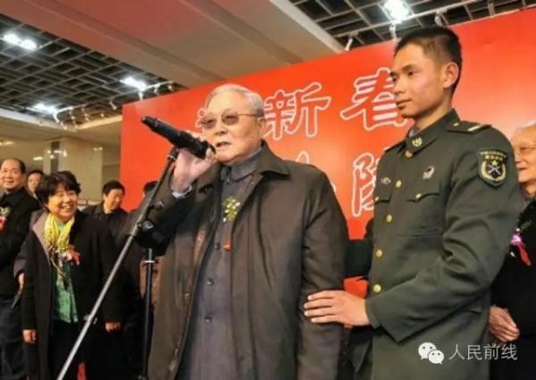 原文配图:开国将军向守志喜迎百岁华诞。