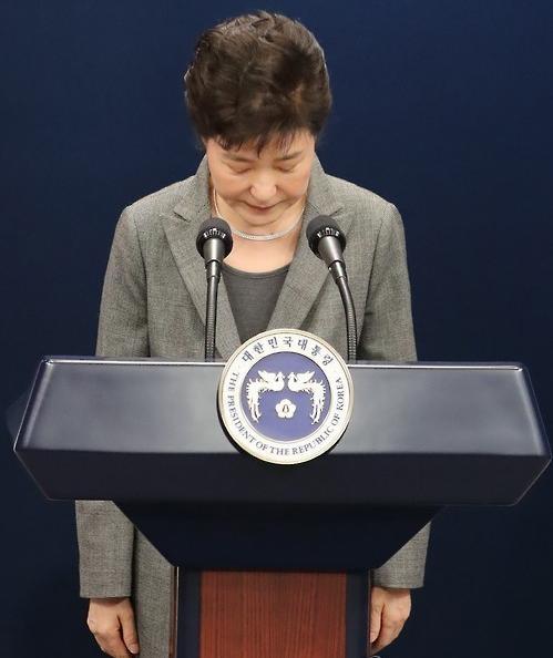 数万韩国人在最近几个周末走上街头,要求她辞职。引发这些抗议的导火线是,她的长期密友崔顺实(Choi Soon-sil)被指干涉政府事务(从预算提案到朴槿惠应该如何着装,什么都要管),并向韩国大企业勒索资金。