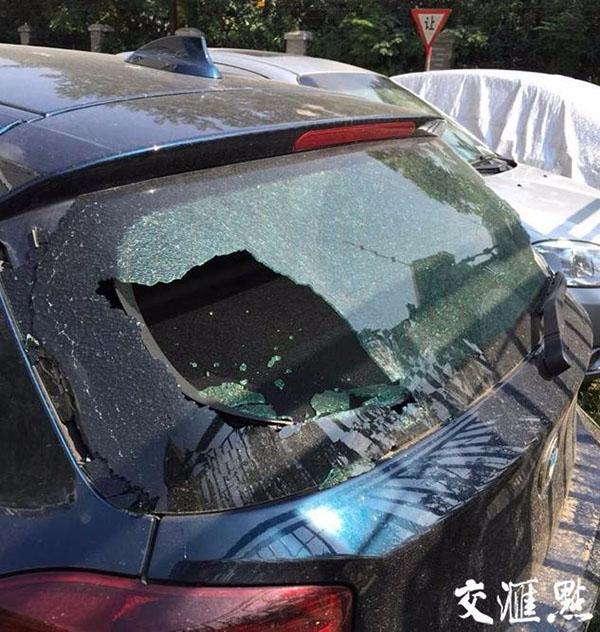 2015年9月19日被流弹击中的汽车。 交汇点 材料图