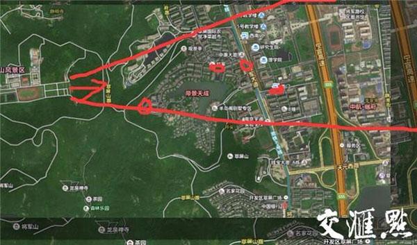 箭头是靶场射击方向,小红圈处是枪弹呈现的方位。