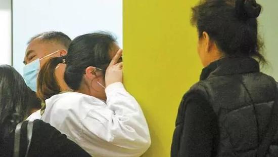 探视笑笑后的文芳放声大哭,罗尔和朋友在旁安慰。深圳晚报记者 李其聪 摄
