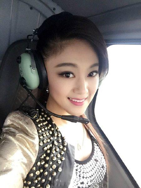 王小玮直升飞机上自拍