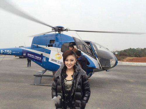 王小玮和直升飞机合影