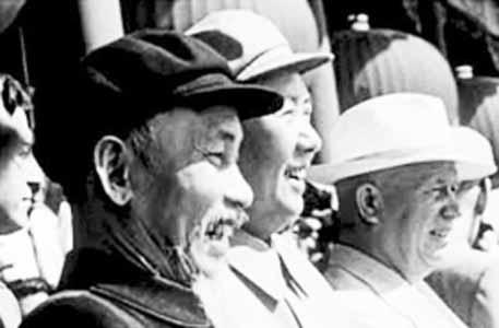 1959年10月1日,毛泽东与胡志明、赫鲁晓夫在天安门城楼上。资料图
