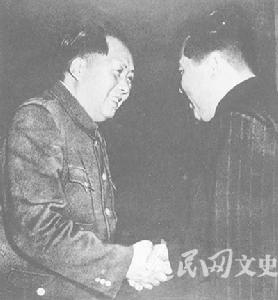 1953年,毛泽东与金日成热烈握手(资料图)