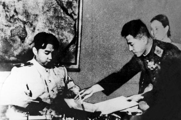 朝鲜民主主义人民共和国首相、朝鲜人民军最高司令官金日成在停战协定上签字(资料图)