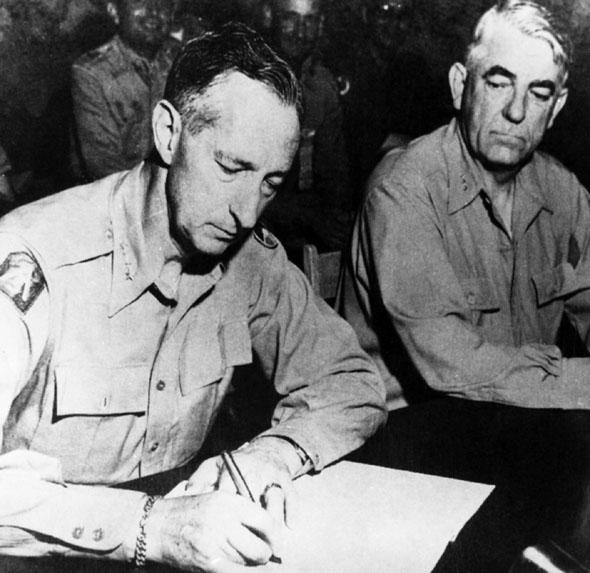 """""""联合国军""""总司令、美国陆军上将马克・克拉克在停战协定上签字(资料图)"""