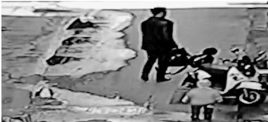2.男子看了看周围没有人来认领手机,就带走了。