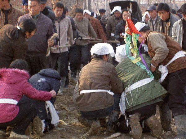 村民们为患艾滋病死去的人送葬