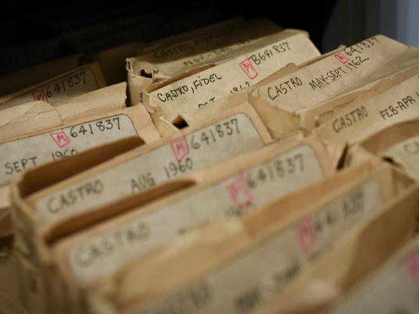 菲德尔·卡斯特罗的剪报装满两个抽屉,其中最早的剪报来自1960年代