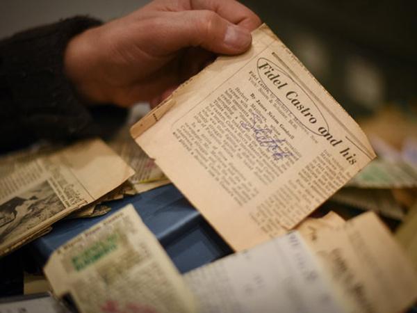 《纽约时报》负责管理档案的杰夫·罗斯在处理一沓卡斯特罗的简报。