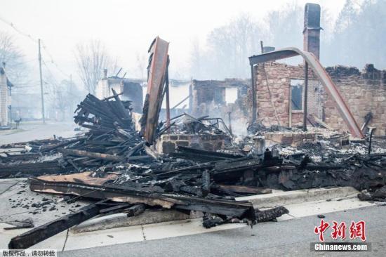 目前小镇已实行宵禁,镇上逾1.4万居民和游客被疏散。
