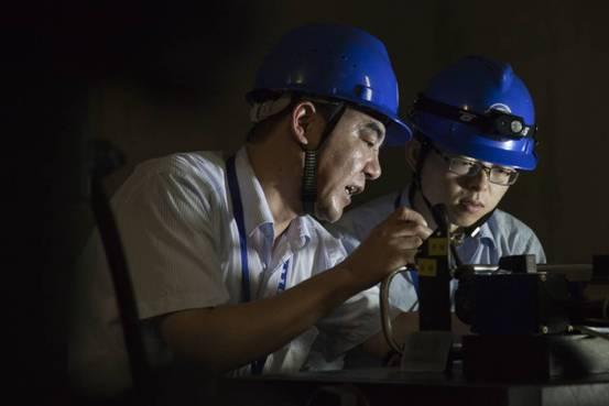 """三峡电厂检修中的""""定海神针"""""""