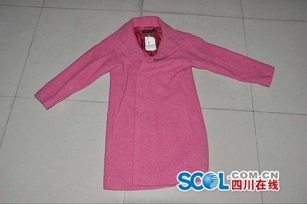 """图片为被王家英""""顺手拿走""""的粉色大衣,价值超过4000元。"""