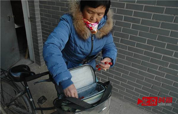 王爱哲整顿医药包,预备赴文娱场所事情。图/北京时刻