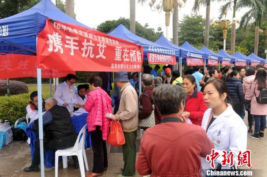 图为市民参观防范艾滋病宣传栏。 吕明 摄