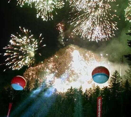 2003年2月16日,朝鲜为庆祝金正日生日,在其出生地白头山附近燃放烟花。