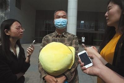 11月30日,罗尔在深圳现身回应传言。图/视觉中国