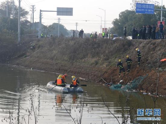 12月2日,救援人员在现场搜救。当日,记者从湖北省鄂州市委宣传部获悉,鄂州庙岭镇附近发生一起事故。一辆从鄂州开往武汉的车辆冲入路边积水湖中,初步了解客车上可能载有20人左右。目前,车辆已经被拖出水,鄂州市委宣传部介绍,已核实身份人员17人死亡。救援工作正在进行。新华社记者 肖艺九 摄 新华网