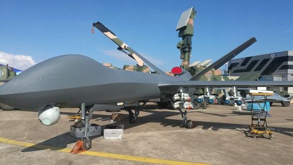 """珠海航展上展示的国产""""彩虹5""""无人机,飞行时间约60小时,飞行长度可达4039英里,可以和美国的MQ-9 死神(Reaper)无人机相媲美"""