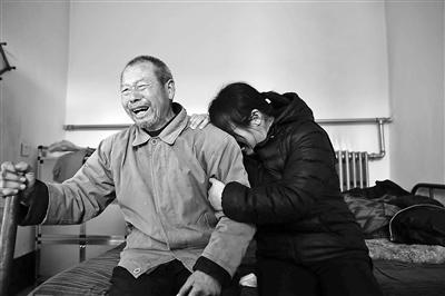 12月2日,在得知聂树斌被改判无罪的后果后,聂树斌父亲与聂树斌姐姐放声大哭 供图/视觉国家