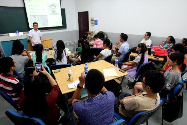 """资料图片:主讲导师与大学生们在讨论""""爱情与性""""话题。 新华社记者刘颖摄"""