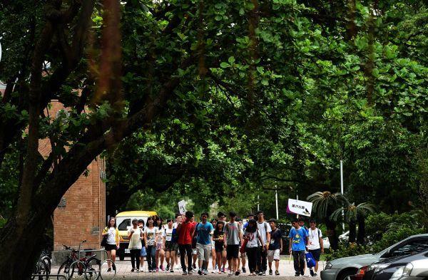 资料图片:台大新生在学长带领下参观校园 新华社记者韩瑜庆摄