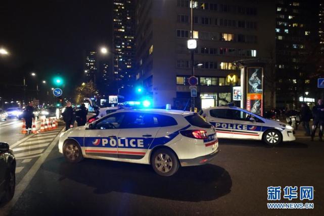12月2日,警察封锁人质劫持事件现场附近的道路。