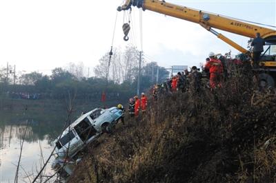 鄂州一客车落水18名打工者遇难