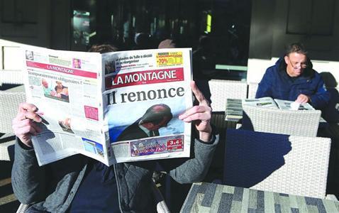 法国大众在浏览本地报纸,报纸上写着奥朗德宣告抛却蝉联。/CFP