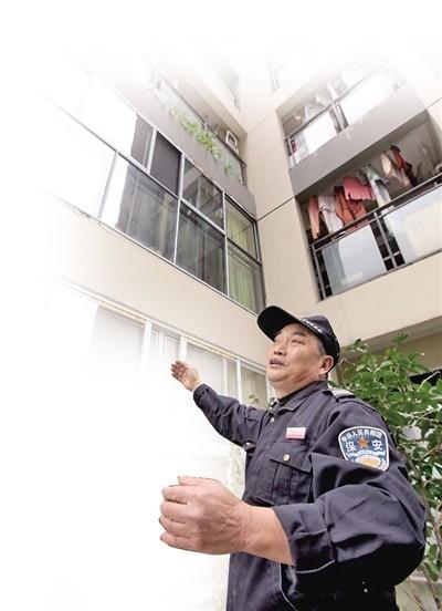 保安陈发亮讲诉本人救援被困窗外的白叟的通过。 本报记者 雷键 摄