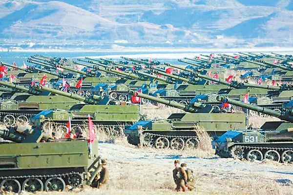 """朝鲜军队1日进行被媒体称为""""夷平首尔""""的火炮打击演习,朝最高领导人金正恩亲自指导训练。"""