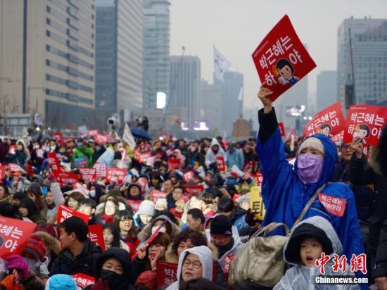 """当地时间11月29日下午2时30分,韩国总统朴槿惠发表""""亲信门""""事件后的第3次对国民谈话。朴槿惠指出,将把总统任期相关问题交给国会和朝野两党决定,遵守相应规定。"""