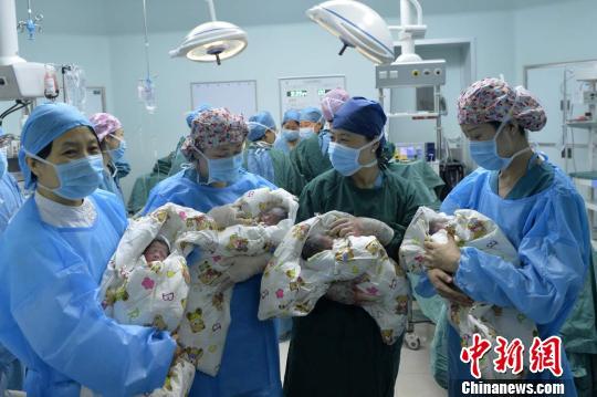 """2日,山西大医院一位""""80后""""产妇经剖宫产顺利生下自然受孕的四胞胎女儿。 胡静 摄"""