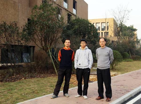 胡梁栋、连丁坤和他们的导师刘全慧传授(右一)