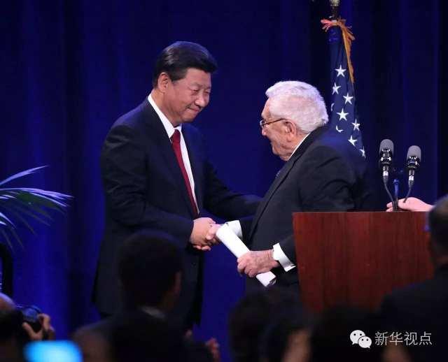 2015年9月22日,习近平在华盛顿州当地政府和美国友好团体联合欢迎宴会上发表演讲前,与刚刚结束演讲的基辛格握手。 新华社记者 刘卫兵
