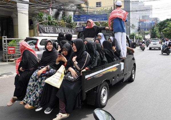 多名女子坐车前往示威现场