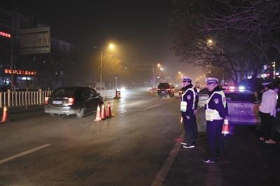 刘宝忠(右)正在与共事们停止夜查。材料图像