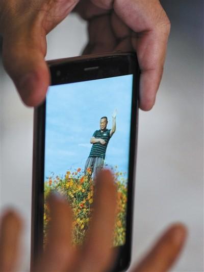 老婆手机里刘宝忠登山时的相片。新京报记者 王嘉宁 摄