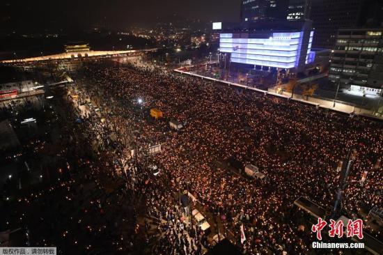 资料图:当地时间11月26日,韩国民众举行要求总统朴槿惠下台的第五轮集会。据悉,此次活动范围可延伸至首尔市清云孝子洞居民中心,这里距离青瓦台仅200米。
