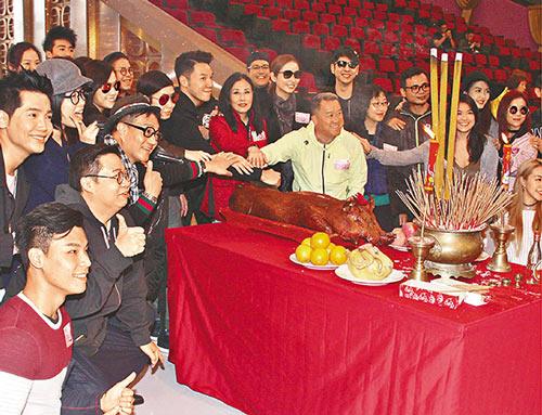 曾志伟参加筹款节目的拜神仪式