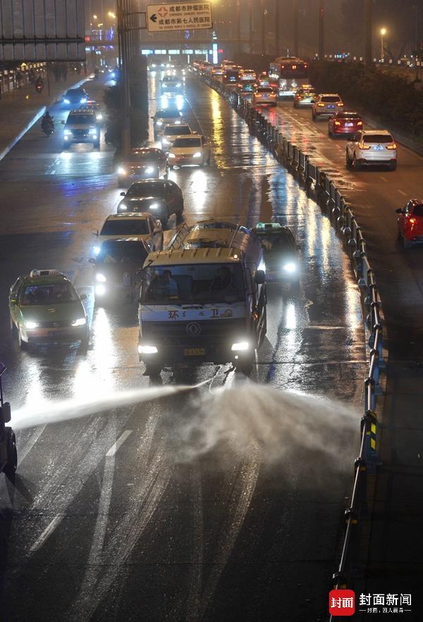 成都中心城区1000多台冲洗车出动 工地停挖渣土车停运