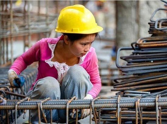 不干活就没有钱赚,男人女人都一样。除非遇上特别恶劣的天气,易琴每天都要早早出去干活,她一天的工作时间要超过10个小时。